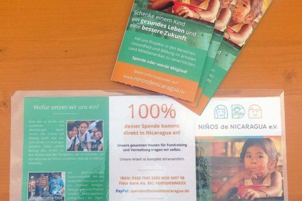 Die Flyer informieren über das Ofen-Projekt, an welches die Spenden gehen.
